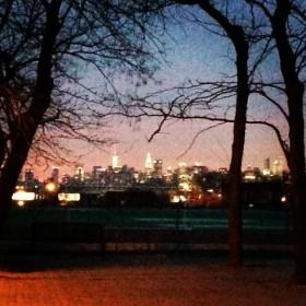 Au bout de la rue, Manhattan scintille...